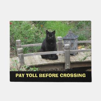 Lohn-Gebührn-schwarze Katze auf Brücken-Fußmatte Türmatte