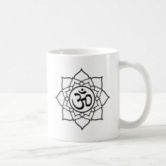 Lotos-Blume, schwarz mit weißem Hintergrund Kaffeetasse