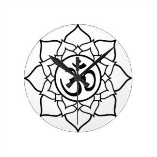 Lotos-Blume, schwarz mit weißem Hintergrund Runde Wanduhr