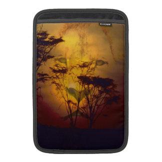 Löwe, der über afrikanischem Sonnenuntergang Sleeves Fürs MacBook Air
