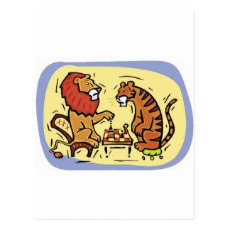 Löwe und Tiger, die Schach spielen Postkarte