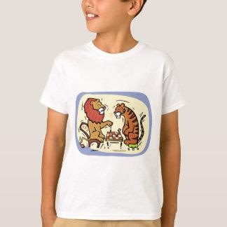 Löwe und Tiger, die Schach spielen Tshirt