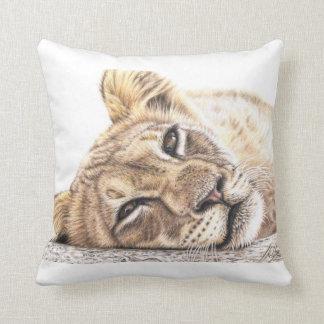 Löwenkind - Tired Young Lion Kissen