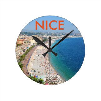 Luftaufnahme des Strandes in Nizza, Frankreich Runde Wanduhr
