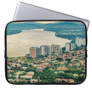 Luftaufnahme von Guayaquil-Stadtrand vom Flugzeug Laptop Sleeve