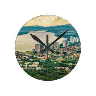 Luftaufnahme von Guayaquil-Stadtrand vom Flugzeug Runde Wanduhr