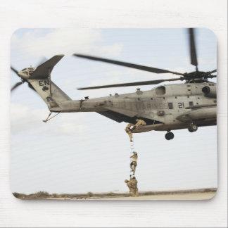 Luftwaffe pararescuemen leiten einen Kampfeinsatz Mousepads