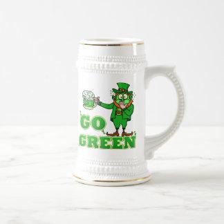 "Lustig ""gehen"" trinkender Kobold grüner Bierglas"