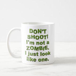 Lustig schießen Sie nicht, wie Zombie gerade Kaffeetasse