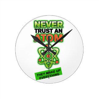 Lustig vertrauen Sie nie einem Atom Runde Wanduhr
