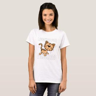 Lustige Cartoonkatze sucht nach einem Unfug T-Shirt