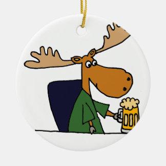 Lustige Elch-trinkender Bier-Cartoon Rundes Keramik Ornament