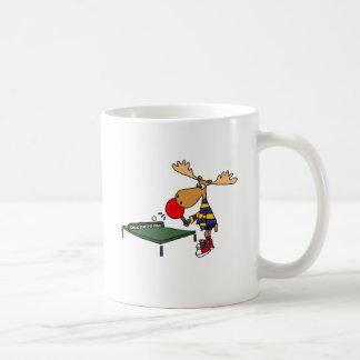 Lustige Elche, die Tischtennis-Cartoon spielen Kaffeetasse