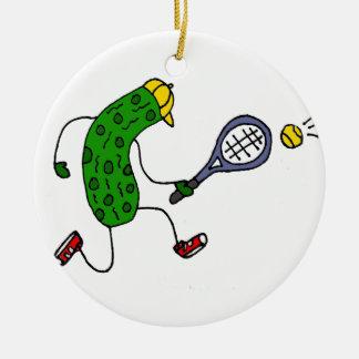 Lustige Essiggurke, die Tennis-Cartoon spielt Rundes Keramik Ornament