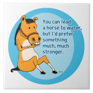 Lustige Führung ein Pferd zum zu wässern Fliese