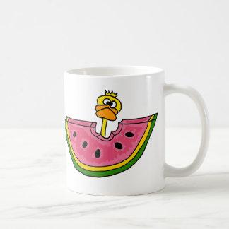 Lustige gelbe Ente, die Wassermelone isst Kaffeetasse