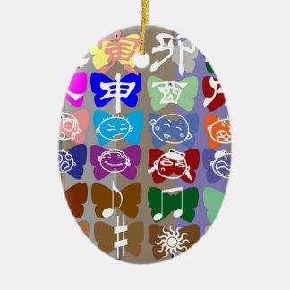 Lustige Gesichter, chinesische Schriftzeichen und Keramik Ornament