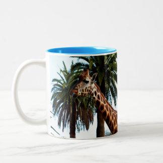 Lustige Giraffe, die eine Himbeere gibt, Zweifarbige Tasse