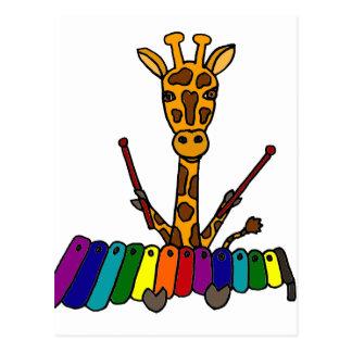 Lustige Giraffe, die Xylophone-Cartoon spielt Postkarte