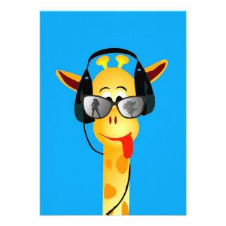 lustige Giraffe mit Kopfhörersommer-Glas-Comic Personalisierte Einladungskarten