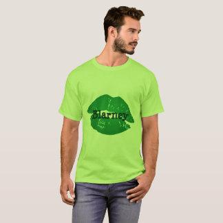 Lustige grüne Iren küssen den T-Shirt
