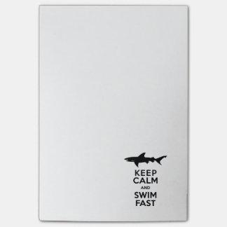 Lustige Haifisch-Warnung - behalten Sie Ruhe und Post-it Haftnotiz