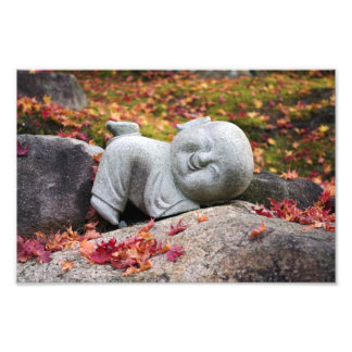 Lustige japanische Mönchstatue mit Herbst-Blätter Kunstfoto