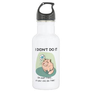 Lustige Katze, die mit Zitat-Wasser-Flasche Trinkflasche