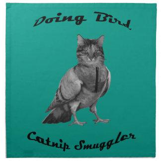 lustige Katze, die Vogel tut Stoffserviette