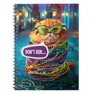 Lustige Katze mit bunten Perlen am Karneval Spiral Notizblock