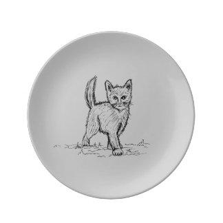 Lustige kleine niedliche Katze, die Porzellanteller