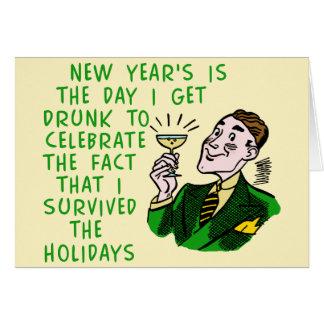Lustige neue Jahre Retro trinkende Mann-mit Karte