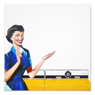 Lustige Retro Hausfrau mit Waschmaschine Kunstphoto