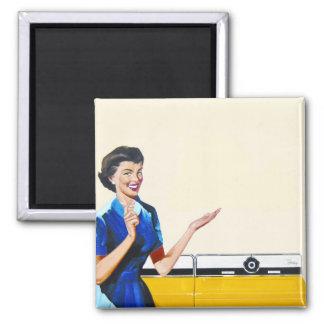 Lustige Retro Hausfrau mit Waschmaschine Quadratischer Magnet