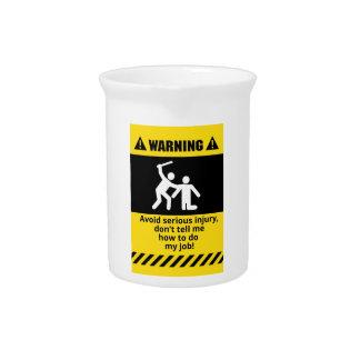Lustige warnende Verletzung Getränke Pitcher