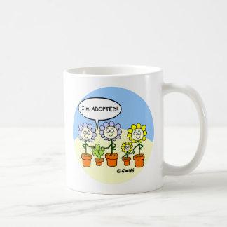 Lustiger adoptierter Baby-Kaktus und Kaffeetasse
