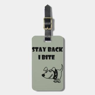 Lustiger Aufenthalt zurück beiße ich HundeCartoon Gepäckanhänger