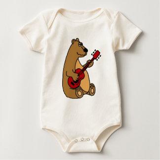 Lustiger Bär, der Gitarren-Shirt spielt Baby Strampler