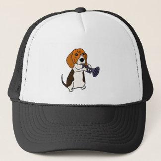Lustiger Beagle-Hund, der Trompete spielt Truckerkappe