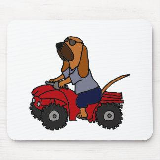 Lustiger Bluthund, der rotes ATV fährt Mousepad