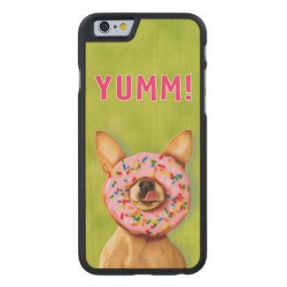 Lustiger Chihuahua-Hund mit besprühen Krapfen auf Carved® iPhone 6 Hülle Ahorn