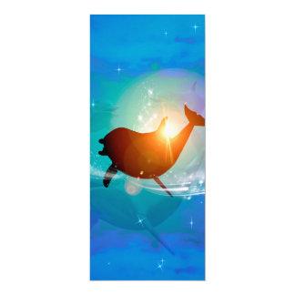 Lustiger Delphin auf blauem Hintergrund mit Wolken 10,2 X 23,5 Cm Einladungskarte