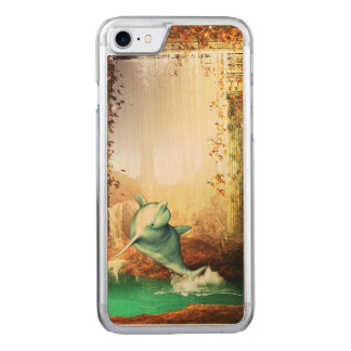 Lustiger Delphin, der in eine Traumwelt springt Carved iPhone 8/7 Hülle