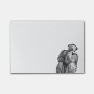 Lustiger denkender Schimpanse in Schwarzweiss Post-it Klebezettel