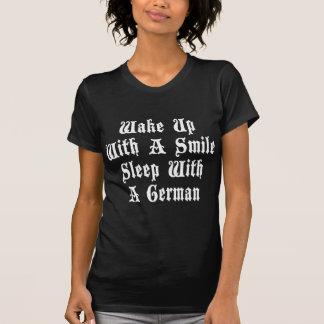 Lustiger deutscher Schlaf mit einem deutschen T - Shirt