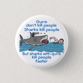 Lustiger Gewehr-Kontrollen-Haifisch-Witz Runder Button 3,2 Cm