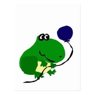 Lustiger grüner Frosch, der blauen Postkarte