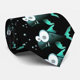 Lustiger, grüner hässlicher Piranha mit schwarzem Krawatte