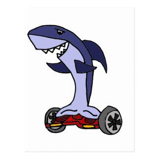 Lustiger Haifisch auf rotem Hoverboard Postkarte