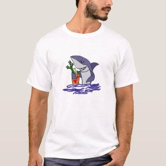 Lustiger Haifisch, der Bloody Mary trinkt T-Shirt